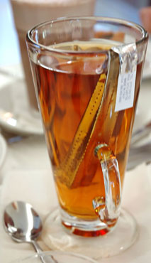 red_tea_with_silver_tea_bag_in_cup-web